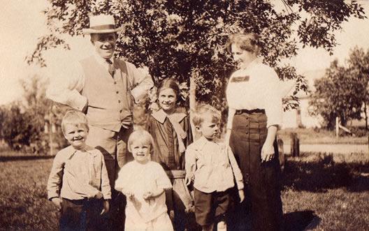 c1f1b9f8 Frantz gikk på Mære Landbruksskole. Da var det ikke så vanlig da at de unge  kunne få reise ut for å gå på skole. Franz Emigrerte til Amerika i 1902.
